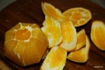 С апельсинов срезаем кожуру и нарезаем на сегменты