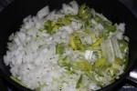 Лук порей и репчатый лук для соуса