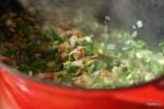 Обжариваем бекон с зеленым луком для чаудера