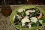 Салат и соус на столе