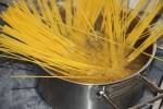 Опускаем спагетти в кипящую подсоленную воду