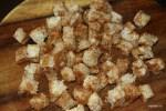 Хлебные кубики посыпаем смесью специй