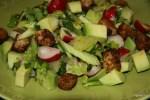 Салат из авокадо с пикантными крутонами