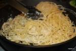 Спагетти смешиваем со сливочным соусом