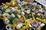 Обжаренная курица с овощами готова для запекания в духовке