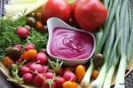 Летняя тарелка с овощами и соусом из свеклы