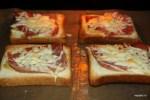 Куски хлеба запекаем с ветчиной и тертым сыром