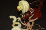 Одновременно вырезается сердцевина и яблоко режется на тонкие пластики