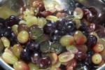 Вынимаем из винограда косточки