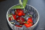 Десерт из голубики с клубникой