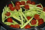 Слегка обжариваем кабачки с помидорами