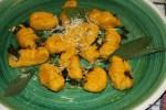 Ньокки под чесночно-сливочным соусом посыпаем пармезаном