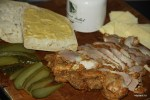 Перед тем, как складывать кубинский сэндвич, хлеб щедро смазывают дижонской горчицей