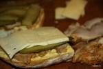 На слой жареной свинины и соленых огурцов - слой сыра