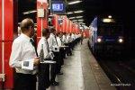 Официанты застыли в ожидании Badoit Express