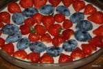 Для украшения бланманже подойдут любые фрукты,  кроме самых сладких