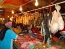 Хозяйка совершает свой ответственный выбор в мясном ряду рынка Куала-Лумпура