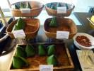 Уличную еда наси лемак подают на завтрак в пятизвездочном отеле в Куала-Лумпруре