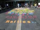 Праздничный ковер из разноцветного риса выложен перед входом в крупнейший торговый центр малайзийской столицы