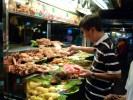 Такой уличный лоток на ночном рынке в Малайзии называют станция