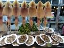 Свежие морепродукты на уличном рынке