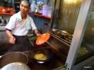 Так готовят жареную лапшу Ван-Тан-Мее
