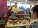Рыбу на рынке в Джорджтауне (Пинанг) разделывают по желанию покупателя