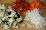 Овощные ингредиенты для карри: баклажан, помидор, морковь, репчатый лук