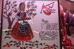 В лавке, где продают колбаски для фавады, выставлен рецепт этого традиционного блюда. Рынок Эль Фонтан, Овьедо. Астурия