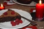 Шоколадный влажный торт с малиной