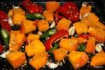 Запекаем в духовке тыкву, сладкий перец, зеленый острый перец и чеснок