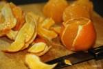 Очищаем мандарины острым ножом