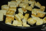Обжариваем кусочки сыра тофу