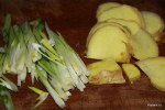 Тонко режем зеленый лук и имбирь