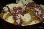 Перекладываем слоями баранину, картофель и лук