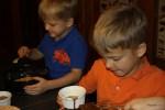 Даня смазывает края формы для чизкейка, Филипп готовит другой десерт