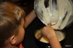 Филипп выливает начинку для чизкейка в форму