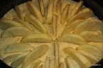 Выкладываем ломтики яблок в тесто