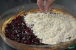 Покрываем фруктовую начинку ореховой крошкой