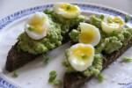 Авокадо и перепелиные яйца на тостах из ржаного хлеба