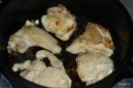 Обжариваем куски курицы до золотистого цвета