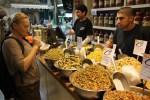 Пробую меджадру на рынке Кармель в Тель-Авиве