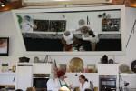 Гигантское зеркало позволяет следить за движением рук Дарины Аллен и Клаудии Роден