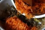 Выкладываем тертую морковь