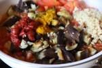 Добавляем куркуму и томатную пасту к баклажанам и помидорам