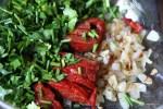 Запеченный перец, жареный лук и петрушка