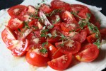 Выкладываем на тесто помидоры. сдабриваем оливковым маслом и травами