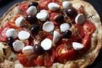 Последние штрихи: на запеченные помидоры выкладываем моцареллу и оливки