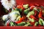 Перец с брокколи посыпаем хлебной крошкой с пармезаном