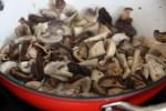 Шиитаке и шампиньоны добавляем к жареному чесноку